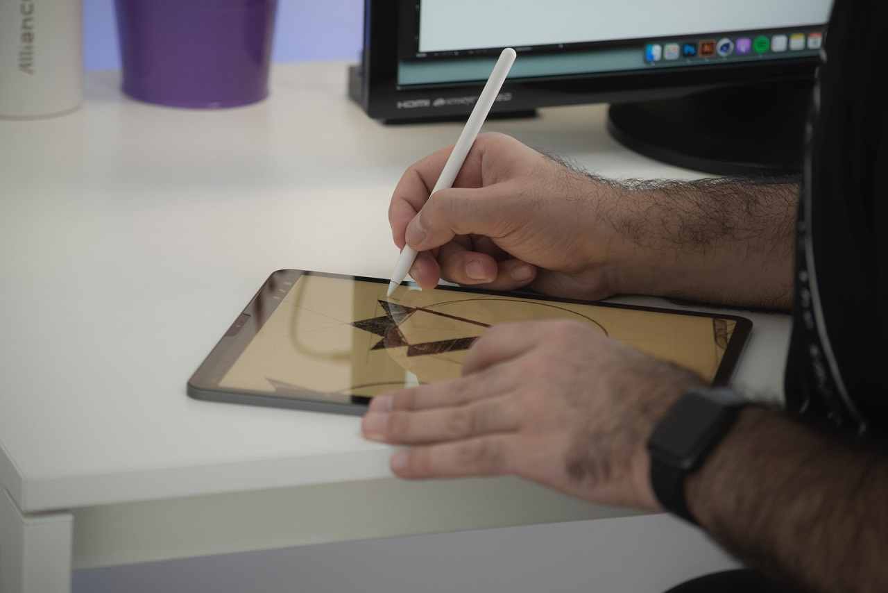 Person drawing something on a tablet using a white pen - Illustration Tools